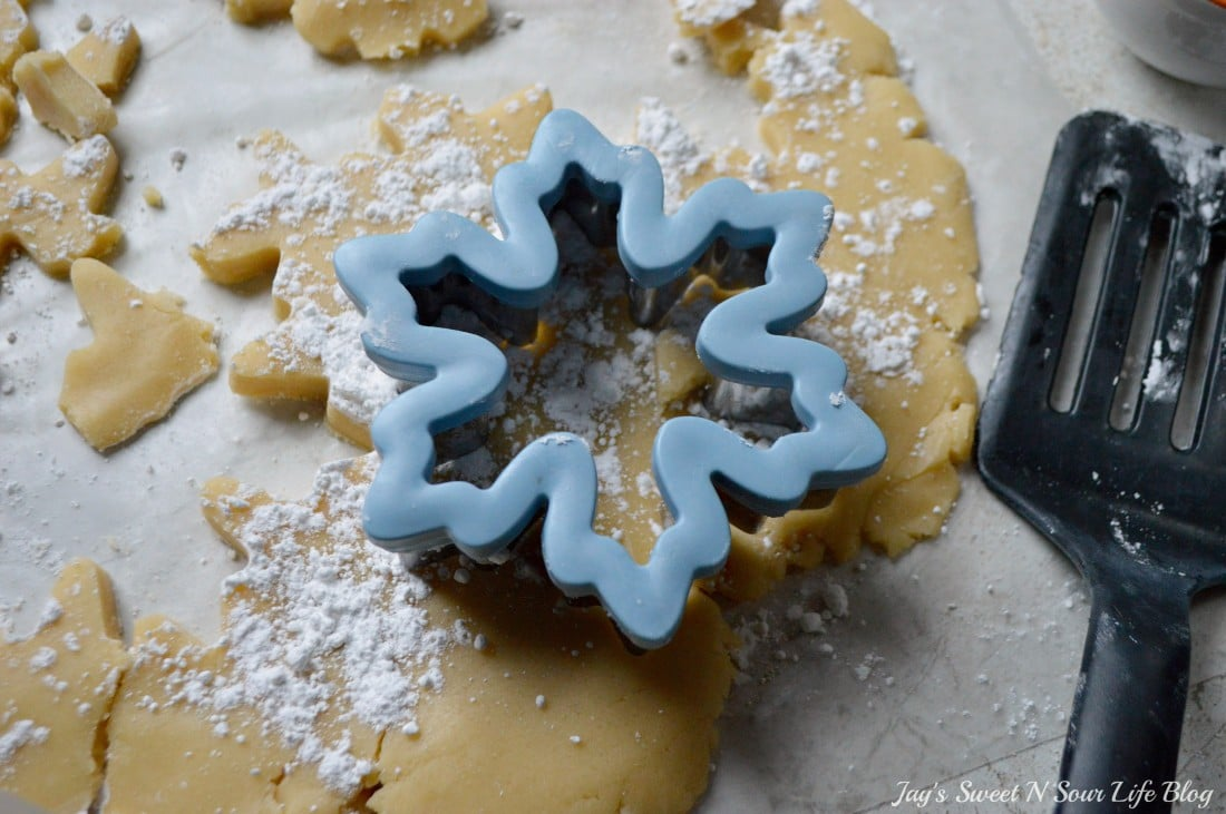 Santas milk and cookies latte Step 15. Treat Santa to his very own Santa's Milk and Cookies Latte, paired with a buttery snowflake cookie perfect for dipping. No milk frother needed, this delicious sugar cookie flavored latte and snowflake cookies make the perfect holiday treat duo.