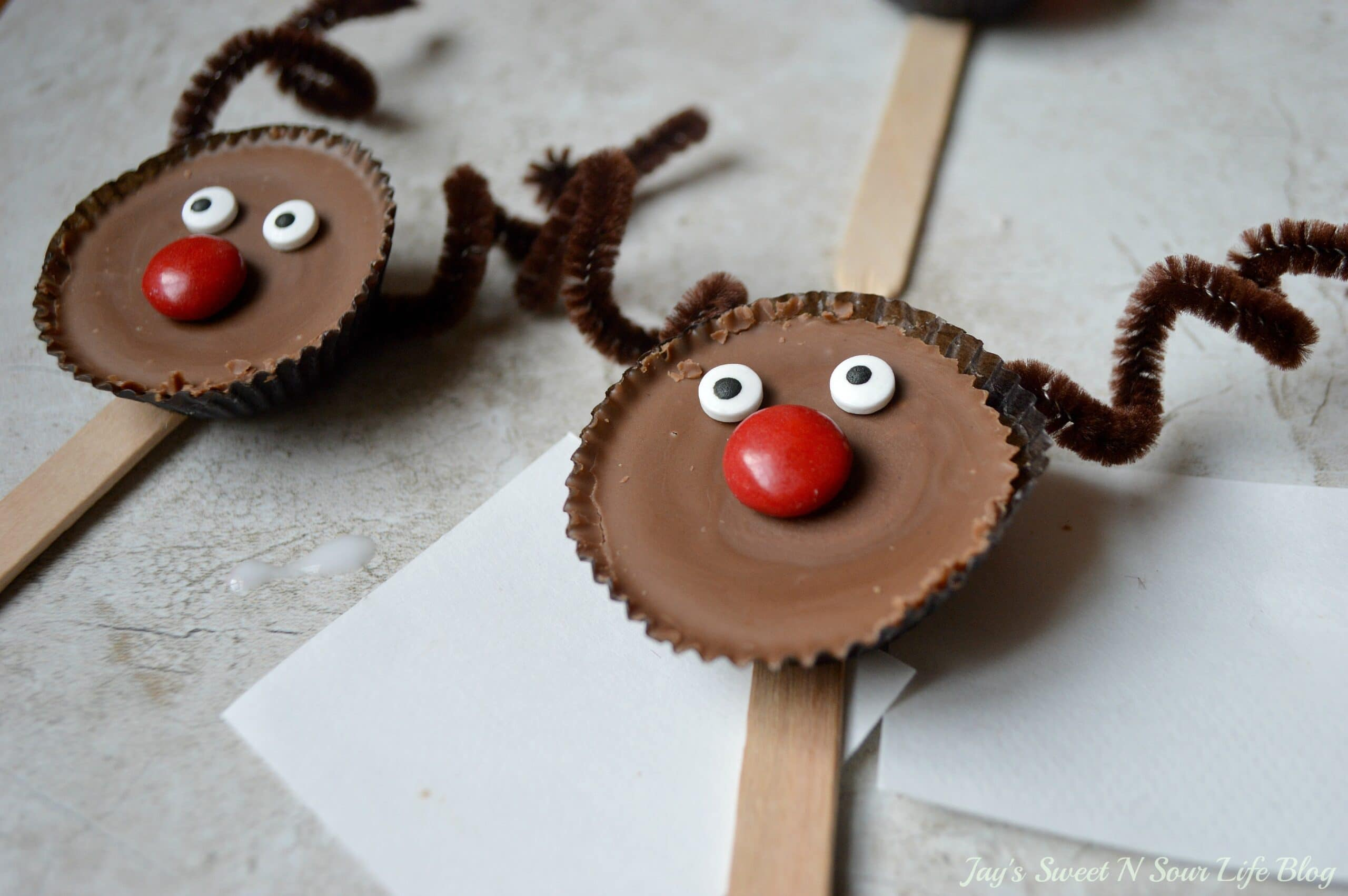Edible Reindeer Step 9. Fun and easy to make, dash into the holiday season with an adorable Edible Rudolf. This Edible Christmas Craft is kid-friendly and perfect for holiday parties and gatherings.