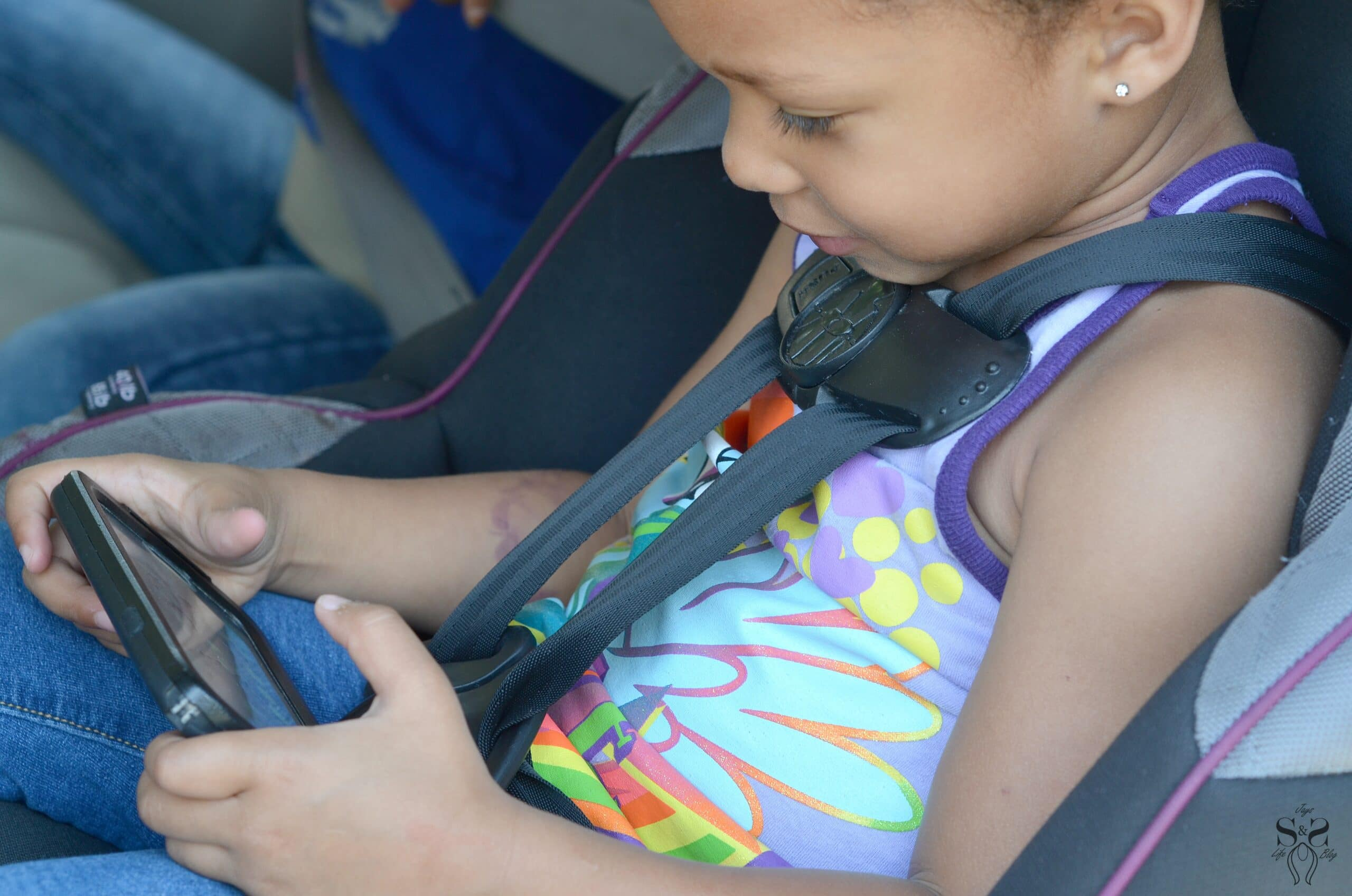 Today I am sharing some helpful Road Trip Essentials To Fight Off Boredom. Full of helpful info, this article shares some helpful tips that are perfect for kids, tweens, and teens.