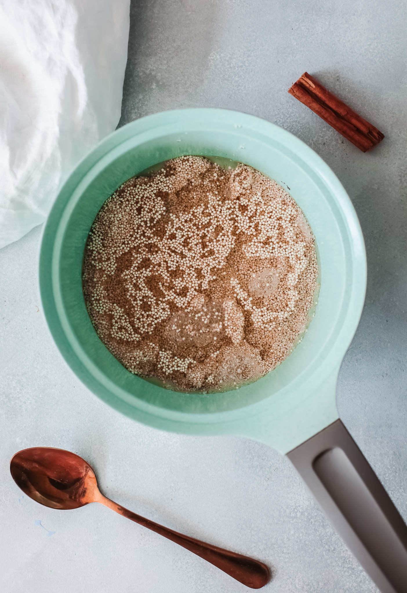 Cinnamon Apple Quinoa Breakfast Bowl Step 2. This Cinnamon Apple Quinoa Breakfast Bowl is a deliciously easy way to start your morning. Packed with flavor and healthy ingredients, this delicious breakfast bowl will keep you full and energized for hours.