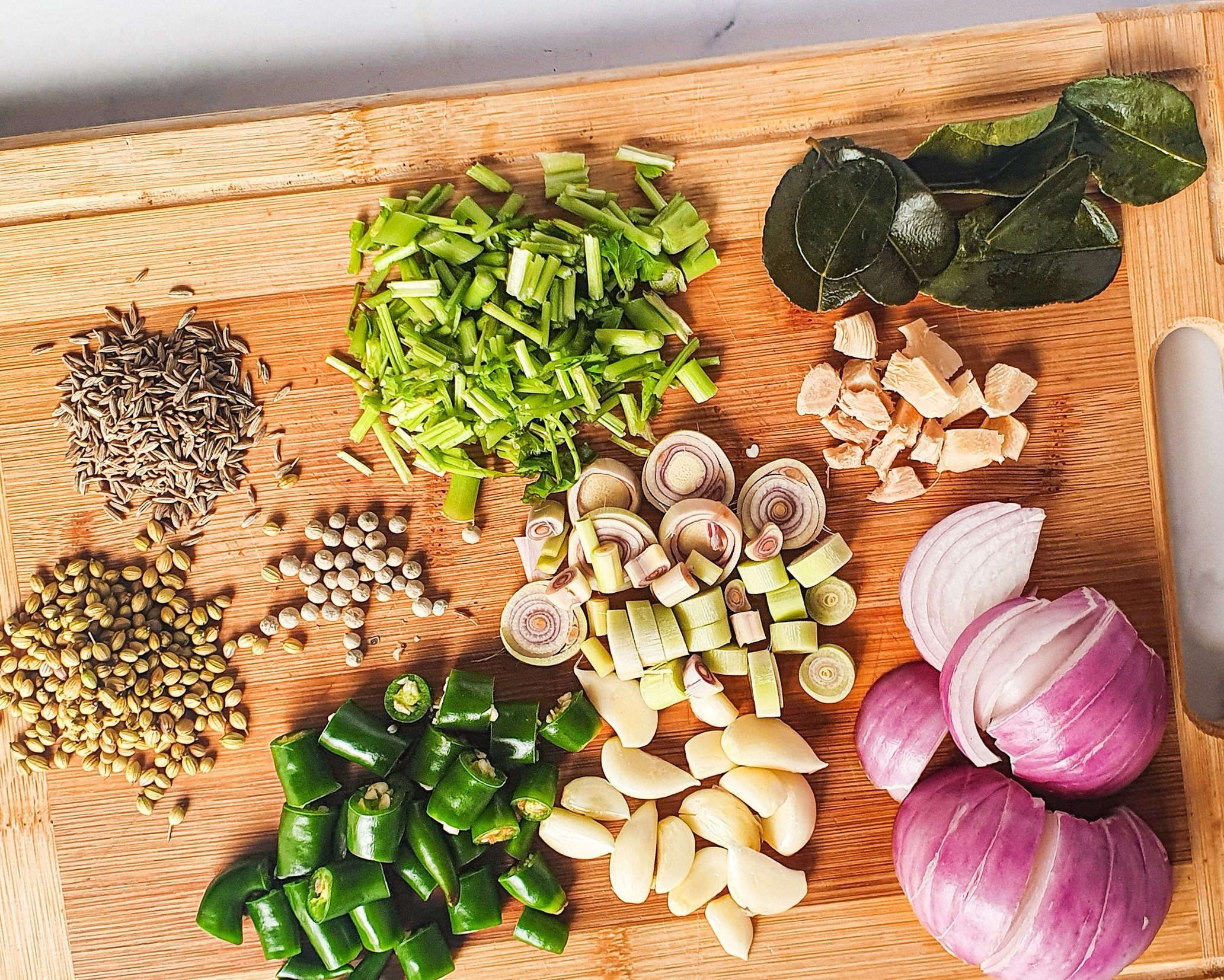 Thai Green Curry Noodles Step 1. These Thai Green Curry Noodles boast a flavorful broth made with coconut milk and fresh ingredients. Fill your bowl with fresh veggies, shrimp, tofu, and rice noodles for a flavorful easy weeknight dinner recipe.