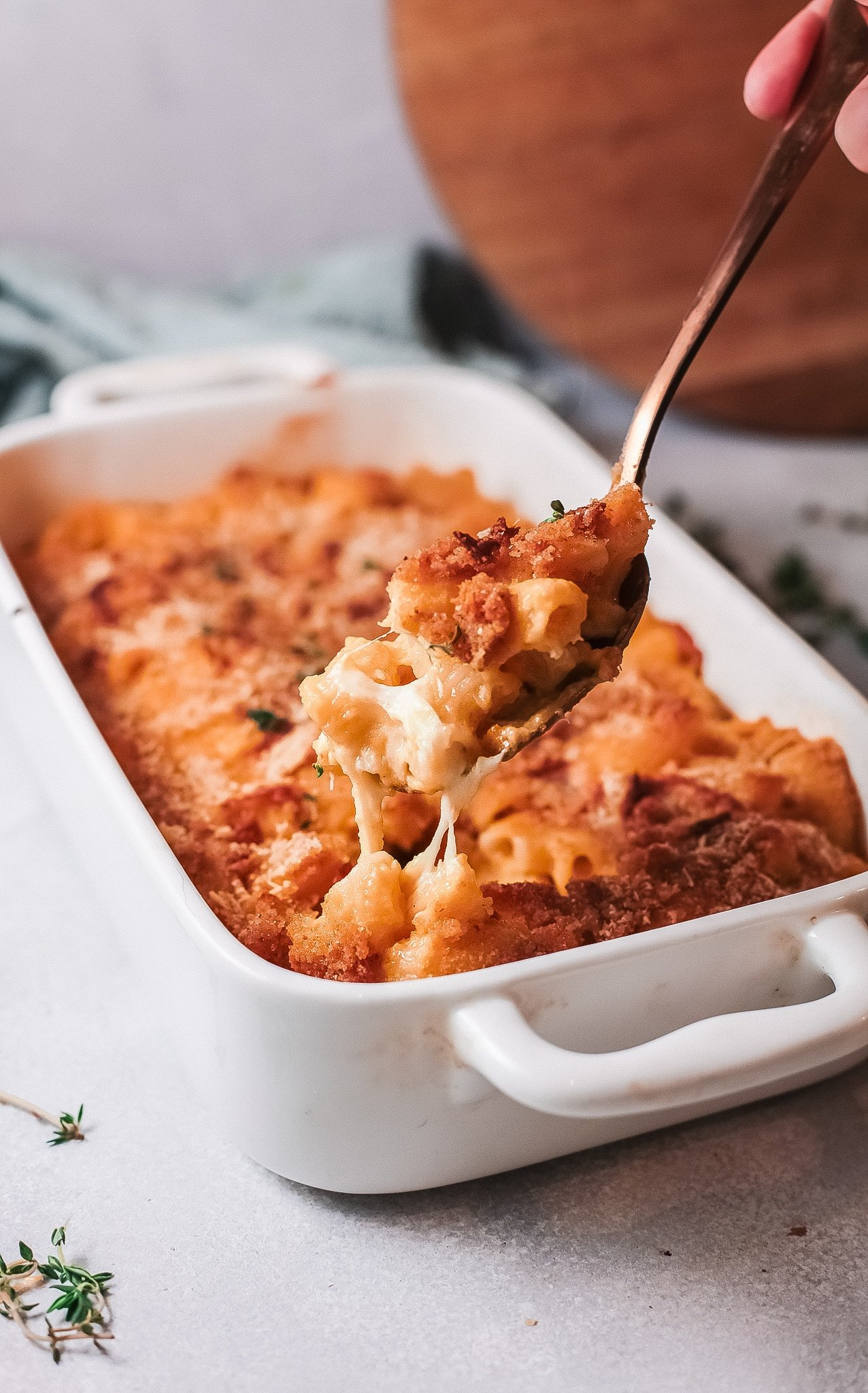 Baked Pumpkin Mac and Cheese Pan Scoop. This Easy Baked Pumpkin Mac and Cheese is ultra-creamy, perfectly cheesy, and gooey. Topped with a crispy parmesan breadcrumb crust it's the perfect fall dish for the whole family.