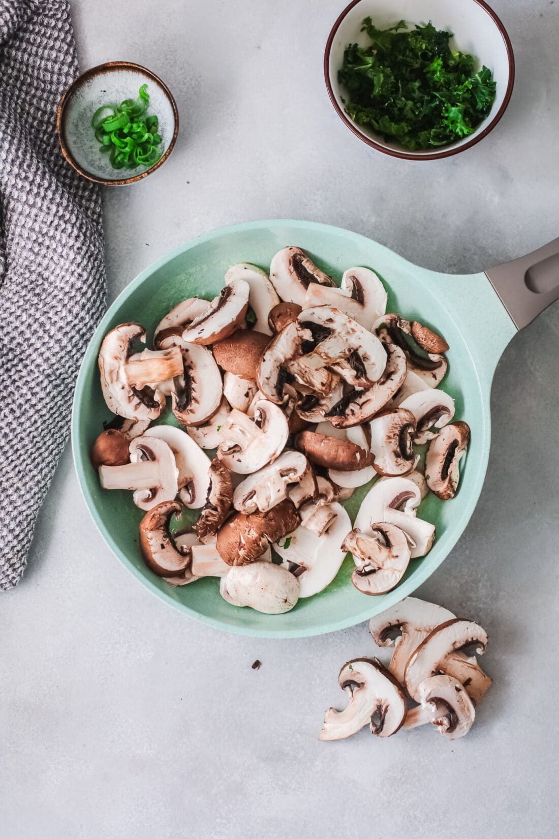 Vegetarian Korean Noodle Step 2. This simple and easy Vegetarian Korean Noodles dish is full of flavor and can be made in under 30 minutes. The Korean noodles are stir-fried in a savory sauce made with fresh vegetables such as mushrooms, red onion, ginger, garlic, and kale.